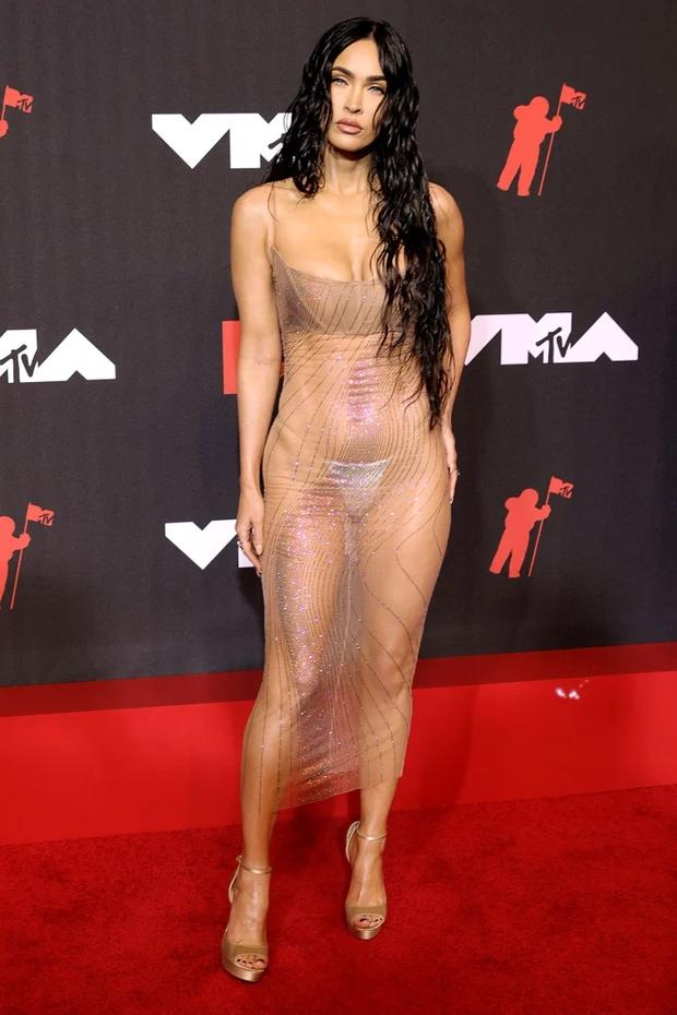 2 sự kiện và 2 chiếc váy hở loa đài: Đầm xuyên thấu của Megan Fox ở VMAs có bốc lửa như thiết kế lộ nội y ở Met Gala? - Ảnh 6.
