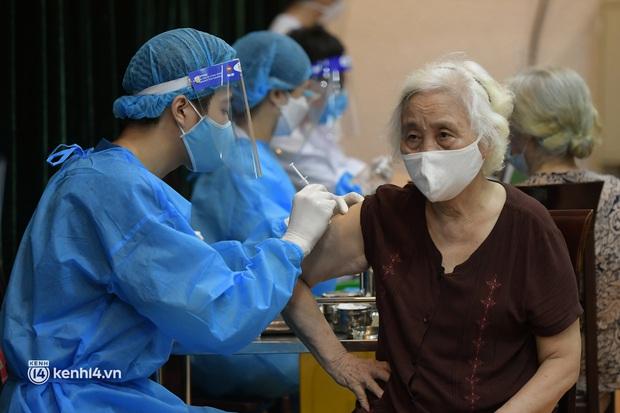 Ảnh: Nhiều phường ở Hà Nội đã hoàn thành tiêm vắc-xin Covid-19 cho người trên 18 tuổi - Ảnh 9.
