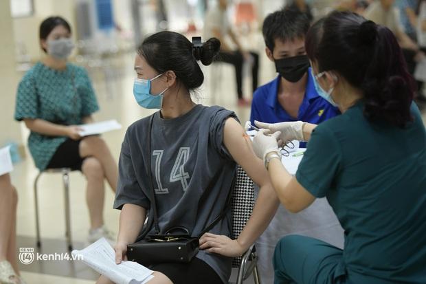 Ảnh: Nhiều phường ở Hà Nội đã hoàn thành tiêm vắc-xin Covid-19 cho người trên 18 tuổi - Ảnh 6.