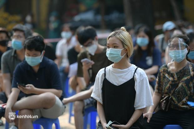 Ảnh: Nhiều phường ở Hà Nội đã hoàn thành tiêm vắc-xin Covid-19 cho người trên 18 tuổi - Ảnh 2.