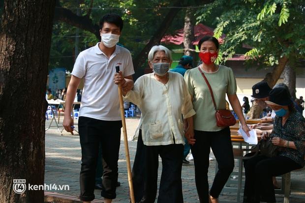 Ảnh: Nhiều phường ở Hà Nội đã hoàn thành tiêm vắc-xin Covid-19 cho người trên 18 tuổi - Ảnh 7.