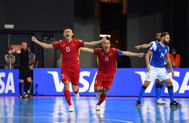 Phối hợp đá phạt ảo diệu, futsal Việt Nam chọc thủng lưới thành công ứng viên vô địch Brazil - Ảnh 2.