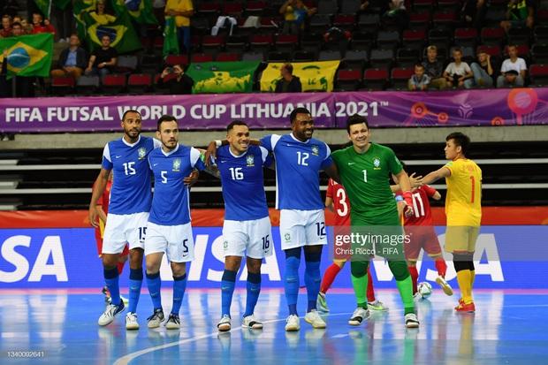 Phối hợp đá phạt ảo diệu, futsal Việt Nam chọc thủng lưới thành công ứng viên vô địch Brazil - Ảnh 3.