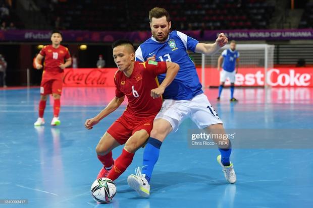 Phối hợp đá phạt ảo diệu, futsal Việt Nam chọc thủng lưới thành công ứng viên vô địch Brazil - Ảnh 4.