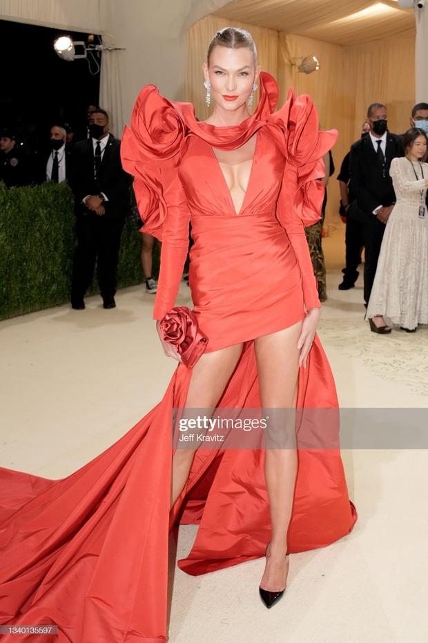 Met Gala 2021: Rosé được chính GĐ sáng tạo Saint Laurent hộ tống đi thảm đỏ, CL mặc gì thế này? - Ảnh 25.