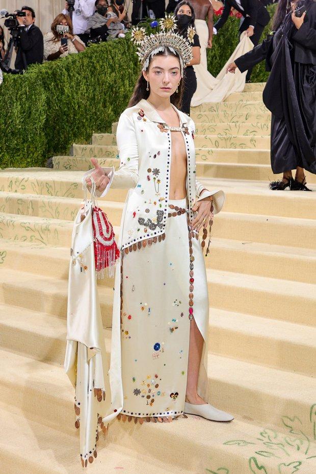 Met Gala 2021: Rosé được chính GĐ sáng tạo Saint Laurent hộ tống đi thảm đỏ, Rihanna và người yêu rủ nhau quấn chăn, CL mặc gì thế này? - Ảnh 27.