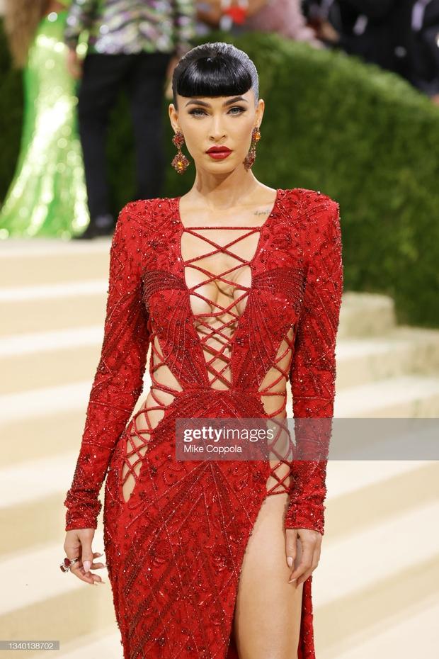 Met Gala 2021: Rosé được chính GĐ sáng tạo Saint Laurent hộ tống đi thảm đỏ, CL mặc gì thế này? - Ảnh 20.