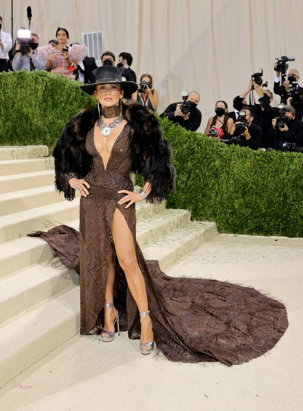 Met Gala 2021: Rosé được chính GĐ sáng tạo Saint Laurent hộ tống đi thảm đỏ, Rihanna và người yêu rủ nhau quấn chăn, CL mặc gì thế này? - Ảnh 26.