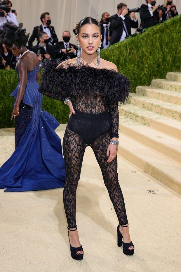 Met Gala 2021: Rosé được chính GĐ sáng tạo Saint Laurent hộ tống đi thảm đỏ, Rihanna và người yêu rủ nhau quấn chăn, CL mặc gì thế này? - Ảnh 21.