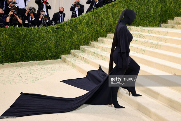 Met Gala 2021: Rosé được chính GĐ sáng tạo Saint Laurent hộ tống đi thảm đỏ, CL mặc gì thế này? - Ảnh 10.