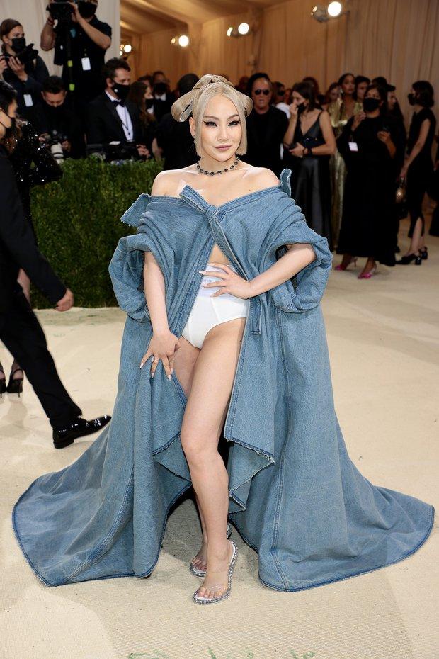Met Gala 2021: Rosé được chính GĐ sáng tạo Saint Laurent hộ tống đi thảm đỏ, Rihanna và người yêu rủ nhau quấn chăn, CL mặc gì thế này? - Ảnh 8.