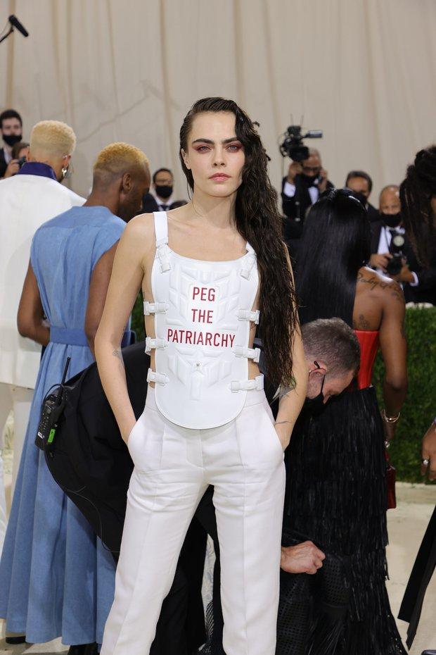 Met Gala 2021: Rosé được chính GĐ sáng tạo Saint Laurent hộ tống đi thảm đỏ, Rihanna và người yêu rủ nhau quấn chăn, CL mặc gì thế này? - Ảnh 13.
