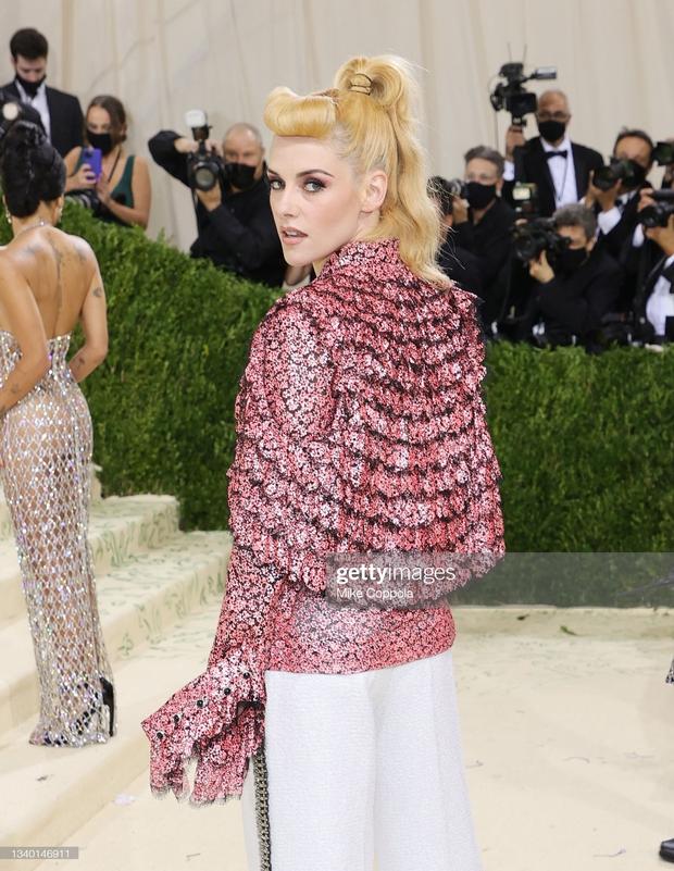 Met Gala 2021: Rosé được chính GĐ sáng tạo Saint Laurent hộ tống đi thảm đỏ, CL mặc gì thế này? - Ảnh 6.