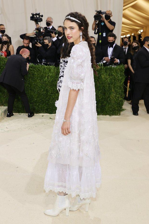 Met Gala 2021: Rosé được chính GĐ sáng tạo Saint Laurent hộ tống đi thảm đỏ, Rihanna và người yêu rủ nhau quấn chăn, CL mặc gì thế này? - Ảnh 24.
