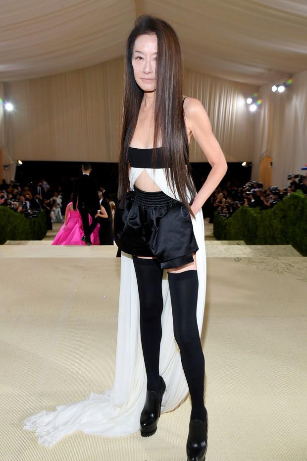 Met Gala 2021: Rosé được chính GĐ sáng tạo Saint Laurent hộ tống đi thảm đỏ, Rihanna và người yêu rủ nhau quấn chăn, CL mặc gì thế này? - Ảnh 18.