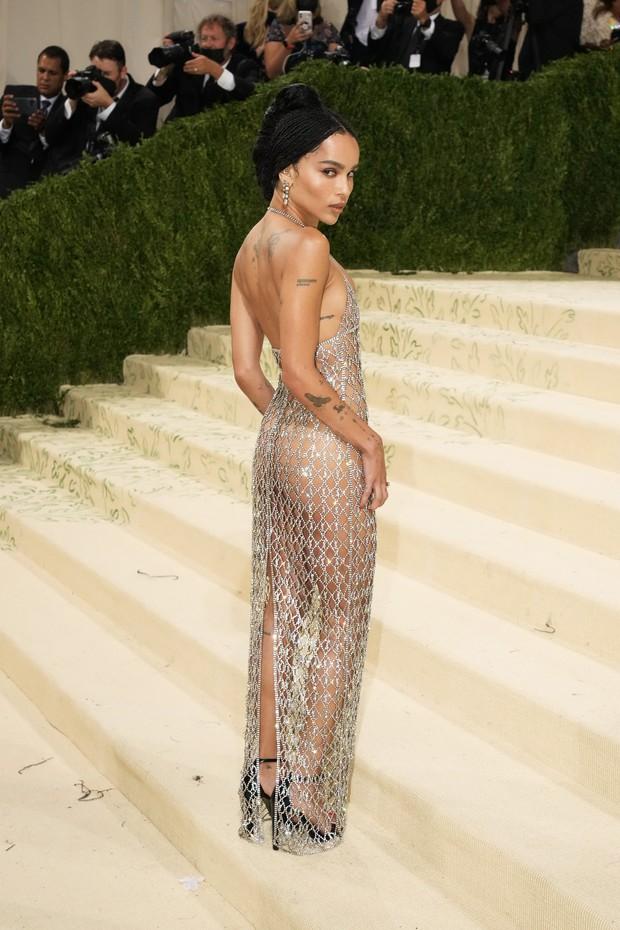 2 sự kiện và 2 chiếc váy hở loa đài: Đầm xuyên thấu của Megan Fox ở VMAs có bốc lửa như thiết kế lộ nội y ở Met Gala? - Ảnh 2.