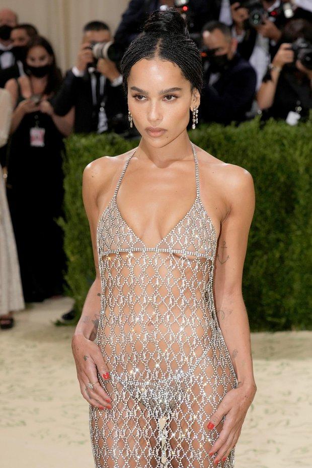 2 sự kiện và 2 chiếc váy hở loa đài: Đầm xuyên thấu của Megan Fox ở VMAs có bốc lửa như thiết kế lộ nội y ở Met Gala? - Ảnh 3.