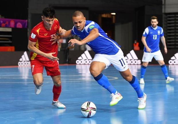 Phối hợp đá phạt ảo diệu, futsal Việt Nam chọc thủng lưới thành công ứng viên vô địch Brazil - Ảnh 6.