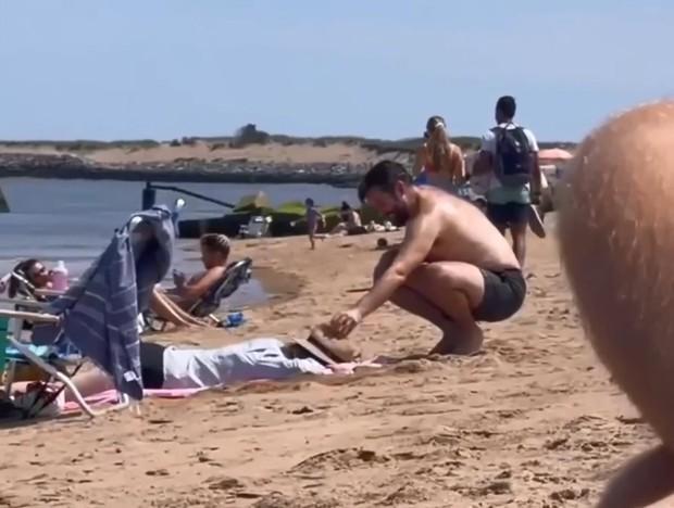 Trên bãi biển có người chồng đang hì hục đào hố cát, khi cô vợ nằm xuống thì mới hiểu ra sự tinh tế của anh chàng này - Ảnh 3.
