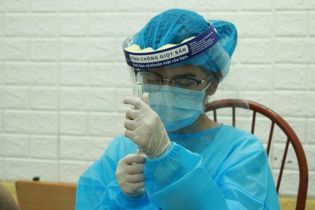 Ảnh: Nhiều phường ở Hà Nội đã hoàn thành tiêm vắc-xin Covid-19 cho người trên 18 tuổi - Ảnh 12.