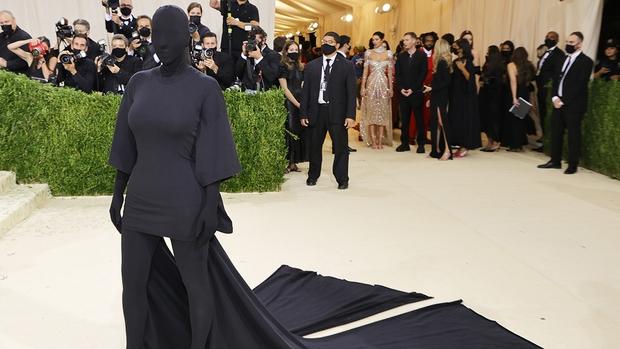 Đây là lý do Kim Kardashian mặc đồ đen xì xì tối hơn tiền đồ chị Dậu tại MET Gala 2021, có liên quan đến chồng cũ Kanye West? - Ảnh 1.