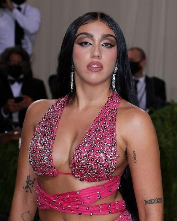 Con gái Madonna debut tại Met Gala 2021: Tạo dáng gội đầu bên suối chưa sốc bằng màn khoe lông nách hiên ngang - Ảnh 1.