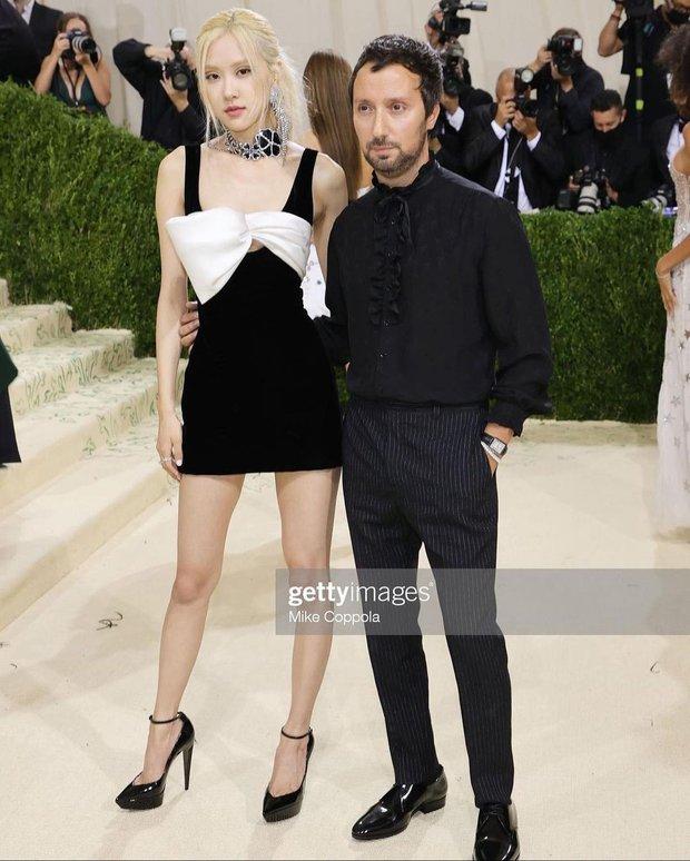 Met Gala 2021: Rosé được chính GĐ sáng tạo Saint Laurent hộ tống đi thảm đỏ, CL mặc gì thế này? - Ảnh 4.