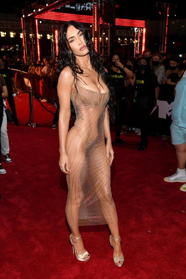 2 sự kiện và 2 chiếc váy hở loa đài: Đầm xuyên thấu của Megan Fox ở VMAs có bốc lửa như thiết kế lộ nội y ở Met Gala? - Ảnh 5.