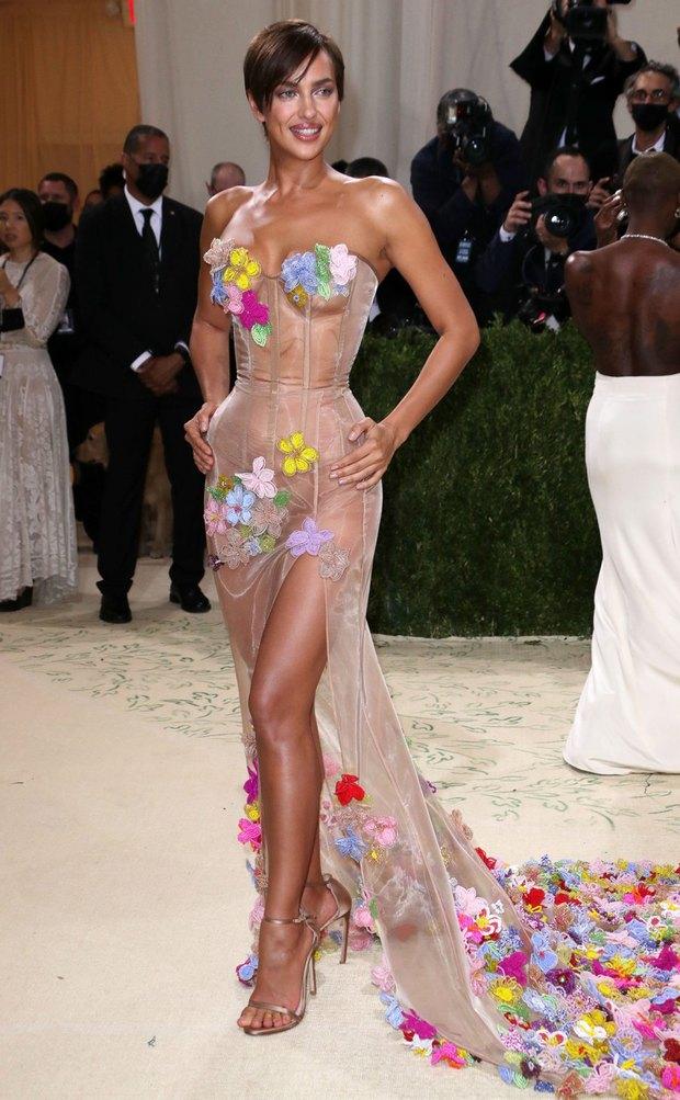 Met Gala 2021: Rosé được chính GĐ sáng tạo Saint Laurent hộ tống đi thảm đỏ, Rihanna và người yêu rủ nhau quấn chăn, CL mặc gì thế này? - Ảnh 29.