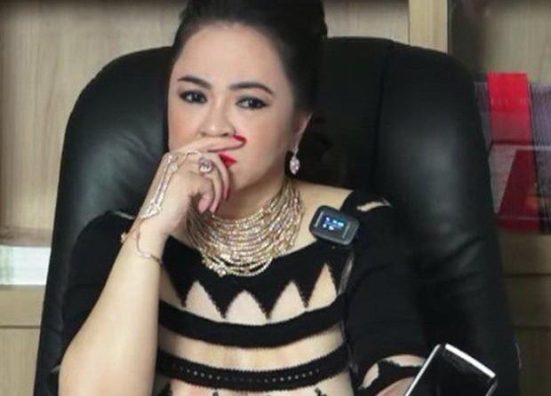 Bà Phương Hằng tuyên bố dừng livestream sau 6 tháng khẩu chiến và loạt nghệ sĩ Vbiz bất ngờ thông báo dừng việc thiện nguyện - Ảnh 2.