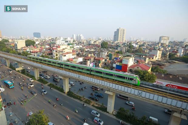 Đường sắt Cát Linh-Hà Đông 18.000 tỷ đồng chưa hẹn ngày khai thác: Người dân tận dụng không gian để nuôi chó, trồng rau - Ảnh 1.