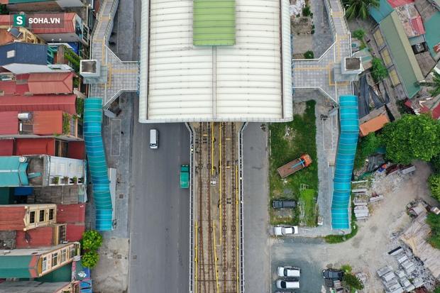 Đường sắt Cát Linh-Hà Đông 18.000 tỷ đồng chưa hẹn ngày khai thác: Người dân tận dụng không gian để nuôi chó, trồng rau - Ảnh 2.
