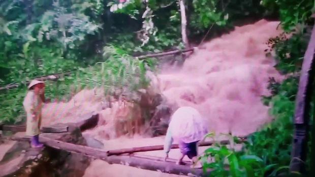 Cô giáo mầm non cõng con vượt lũ trên cây cầu tạm: Giờ xem lại clip thấy rợn người - Ảnh 2.