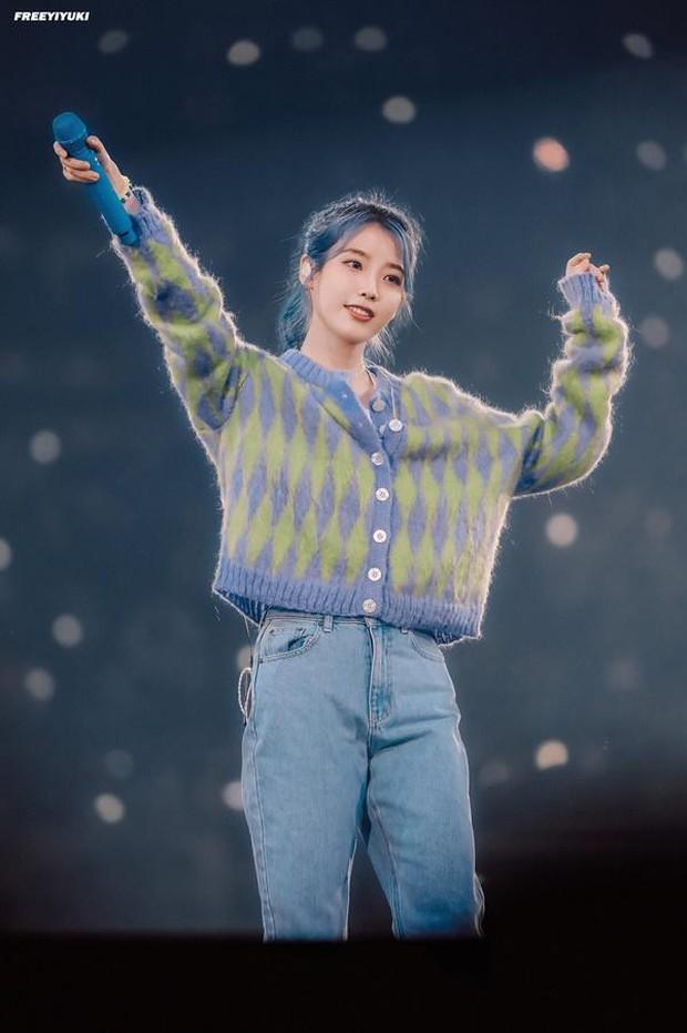 Xôn xao clip RM (BTS) sướng rơn, tay chân rụng rời khi được IU ôm trên sân khấu? - Ảnh 7.