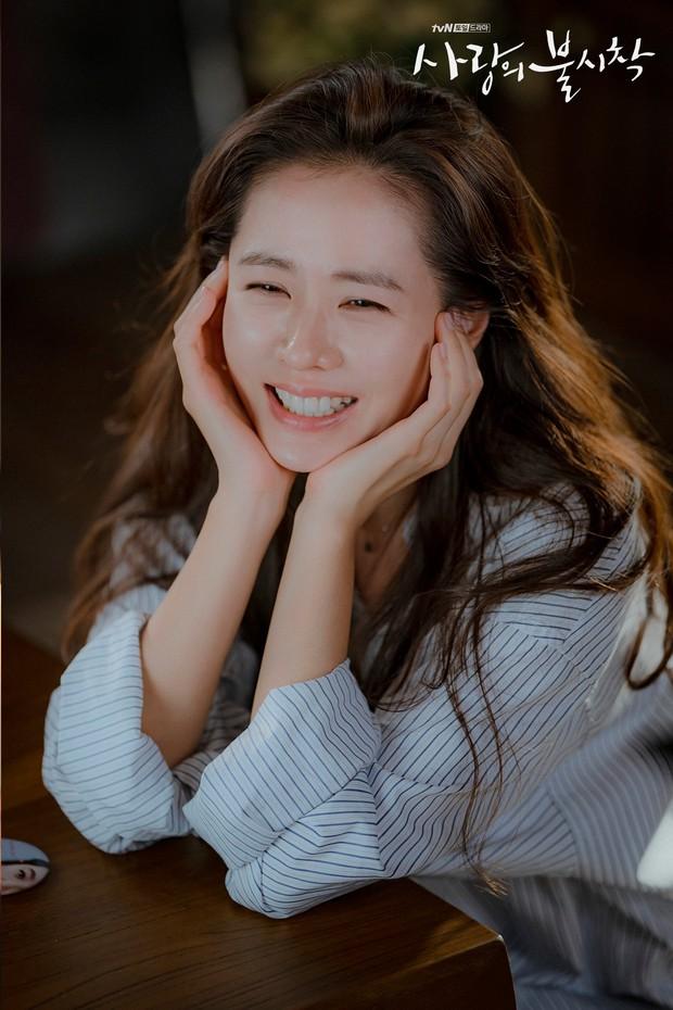 Son Ye Jin từng gây sốc nặng với vẻ ngoài già nua, tóc tai bù xù, phim nào đã hại chị đẹp thế này? - Ảnh 1.