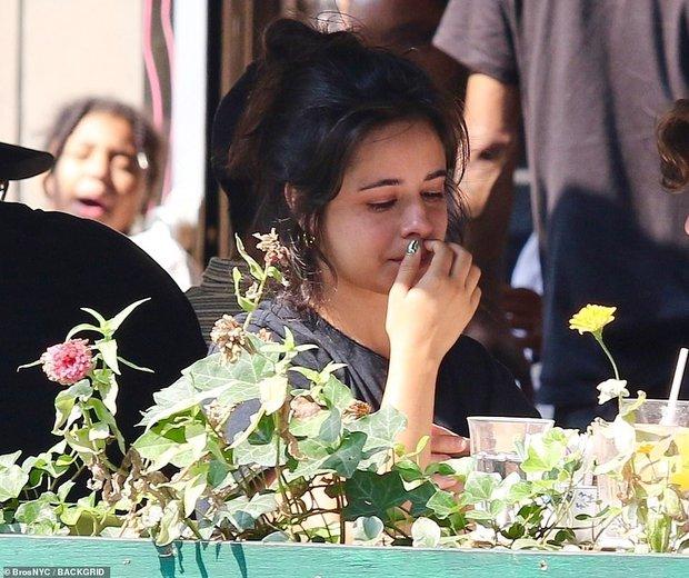 Xôn xao tin Camila Cabello bị bạn trai Shawn Mendes đá, hóa ra đây là lí do nữ ca sĩ đang ăn mà bật khóc? - Ảnh 2.