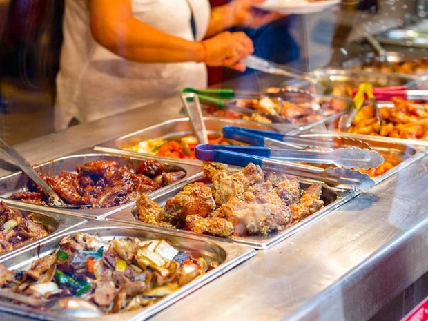 Chuyên gia thực phẩm tiết lộ những món bẩn nhất trong nhà hàng buffet: Khách nào cũng thích nhưng có món đầu bếp còn từ chối ăn - Ảnh 1.