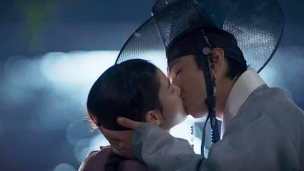 Kim Yoo Jung khóa môi trai đẹp cực ngọt ở bom tấn cổ trang, netizen xem mà quắn quéo cả tâm can - Ảnh 4.