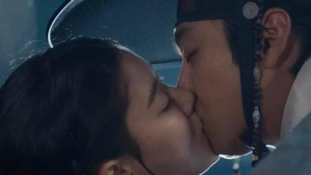 Kim Yoo Jung khóa môi trai đẹp cực ngọt ở bom tấn cổ trang, netizen xem mà quắn quéo cả tâm can - Ảnh 5.