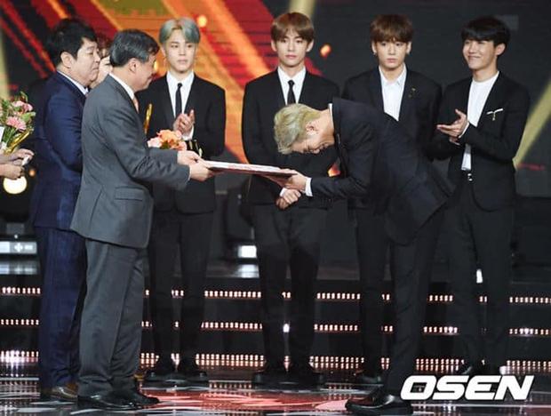 Cuộc đời huy hoàng của Jungkook (BTS): Mỗi năm 1 đỉnh cao mới, 16 tuổi debut và trở thành Đặc phái viên Tổng thống khi vừa 24 - Ảnh 10.
