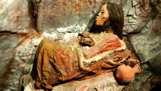 Núi lửa phun trào khiến tuyết tan chảy, xác ướp lăn xuống từ đỉnh núi, hé lộ tội ác man rợ trút lên đầu cô gái khốn khổ - Ảnh 1.