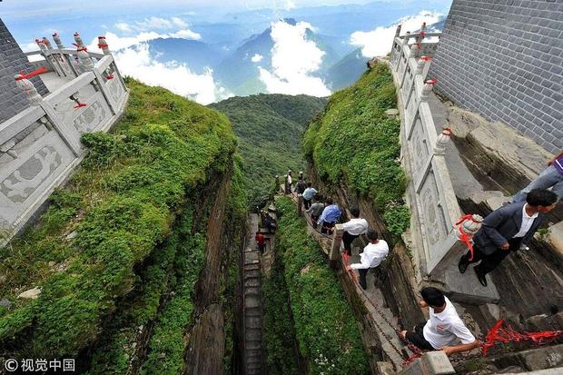 Ngôi chùa nằm trên đỉnh núi tách đôi được ví như tiên cảnh nhân gian nhưng vẫn tồn tại bí ẩn khiến hậu nhân đau đầu - Ảnh 3.