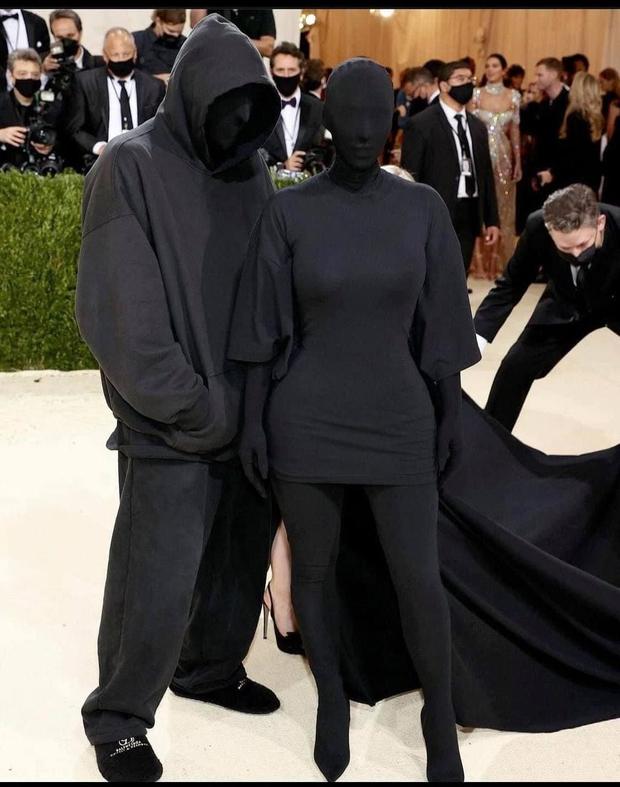 Đây là lý do Kim Kardashian mặc đồ đen xì xì tối hơn tiền đồ chị Dậu tại MET Gala 2021, có liên quan đến chồng cũ Kanye West? - Ảnh 2.
