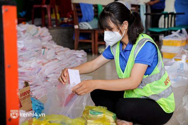 Ảnh, clip: Đội shipper tình nguyện len lỏi vào từng con hẻm, giao sách miễn phí đến tận tay học sinh ở TP.HCM - Ảnh 7.