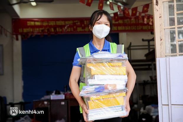 Ảnh, clip: Đội shipper tình nguyện len lỏi vào từng con hẻm, giao sách miễn phí đến tận tay học sinh ở TP.HCM - Ảnh 8.
