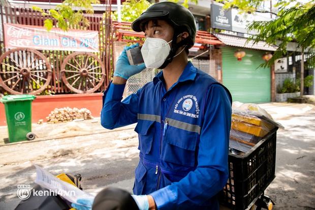 Ảnh, clip: Đội shipper tình nguyện len lỏi vào từng con hẻm, giao sách miễn phí đến tận tay học sinh ở TP.HCM - Ảnh 12.