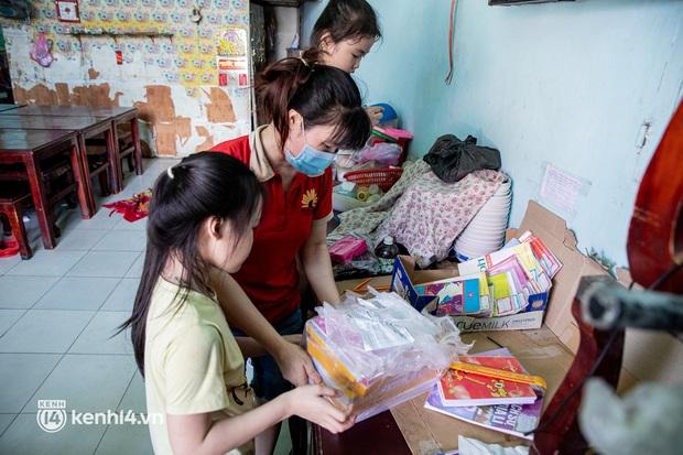 Ảnh, clip: Đội shipper tình nguyện len lỏi vào từng con hẻm, giao sách miễn phí đến tận tay học sinh ở TP.HCM - Ảnh 16.