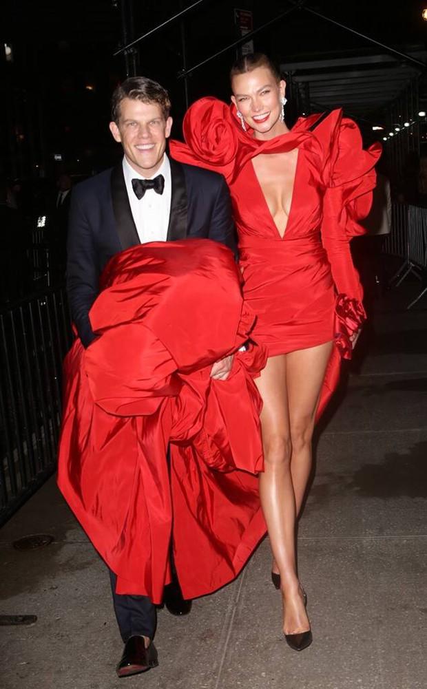 """Dàn sao """"xả đồ"""" dự tiệc hậu Met Gala: Kendall Jenner mặc thoáng hơn nhưng o ép vòng 1, Rosé vẫn một sắc đen, ơn giời mặt Kim Kardashian đây rồi - Ảnh 19."""
