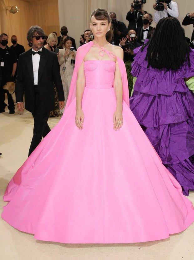 Met Gala 2021: Rosé được chính GĐ sáng tạo Saint Laurent hộ tống đi thảm đỏ, Rihanna và người yêu rủ nhau quấn chăn, CL mặc gì thế này? - Ảnh 19.