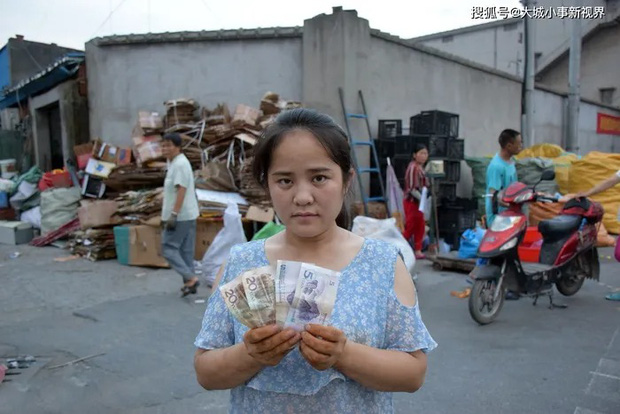 Hai người phụ nữ mặc đồ lót rồi quỳ gối trên đường để xin tiền khiến MXH chia phe tranh cãi vì câu chuyện phía sau - Ảnh 3.